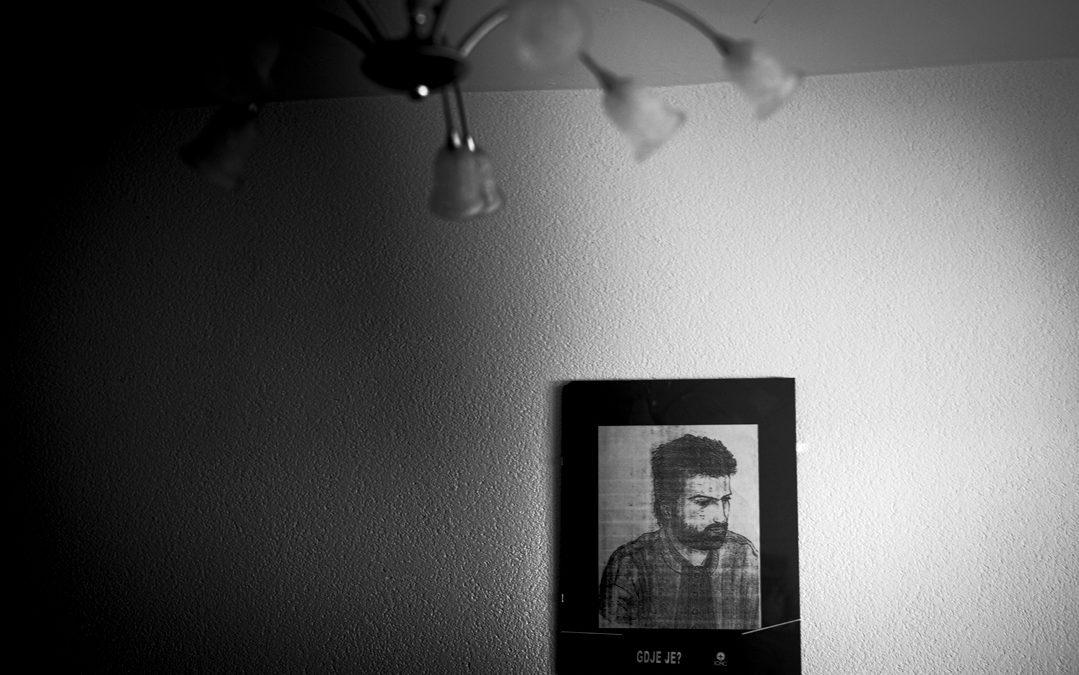 """POVODOM OBILJEŽAVANJA DANA BIJELIH TRAKA J.U. MES PREDSTAVLJA IZLOŽBU FOTOGRAFIJA """"GDJE JE"""" FOTOGRAFA FABRICEA DEKONINCKA"""